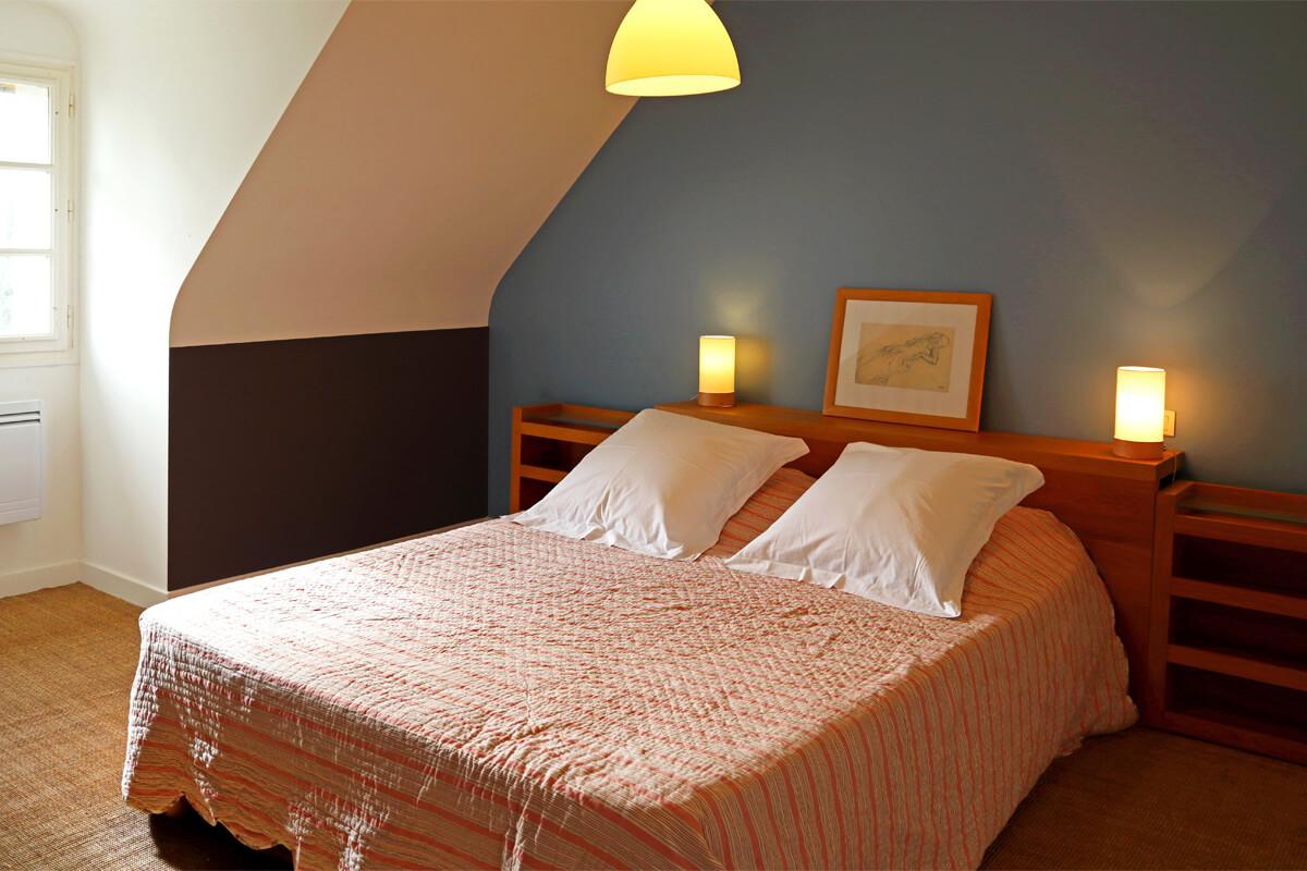 Chambre avec lit double et grand dressing