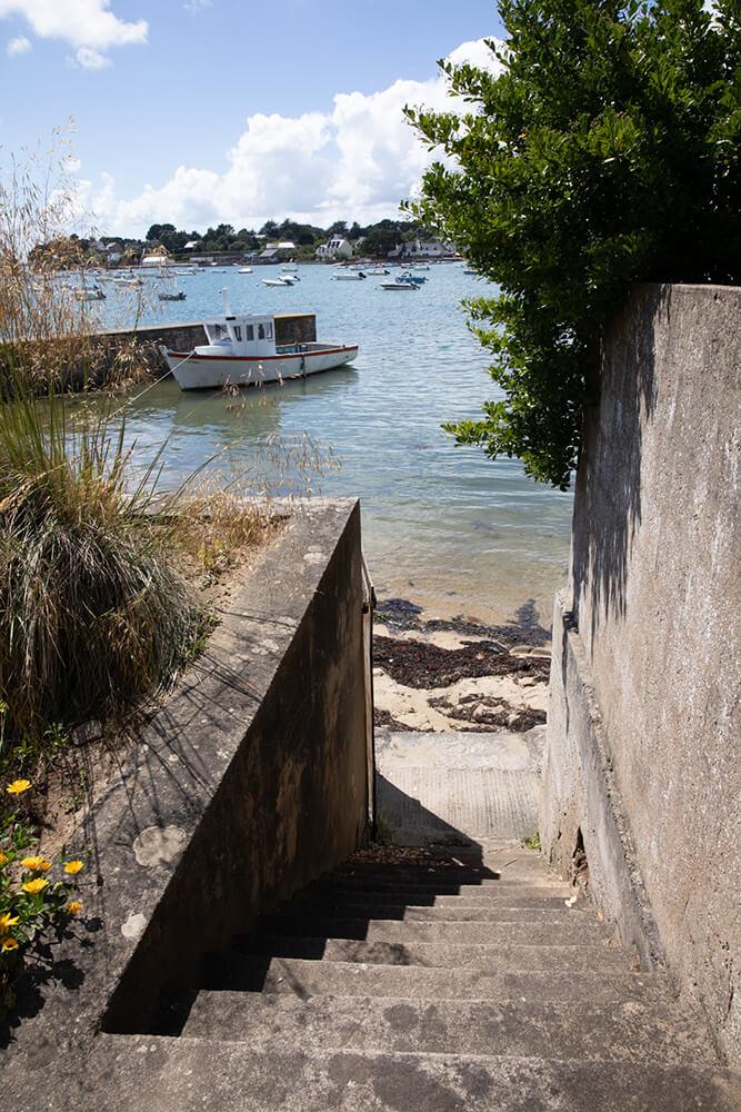 Un escalier mène à la plage depuis le jardin