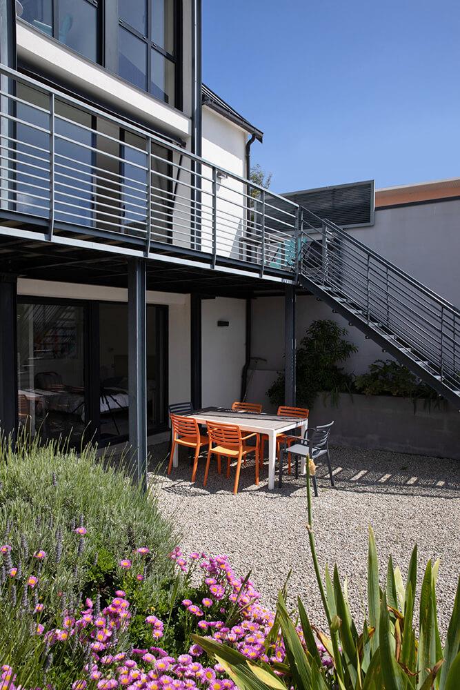 L'escalier de la terrasse vers le jardin
