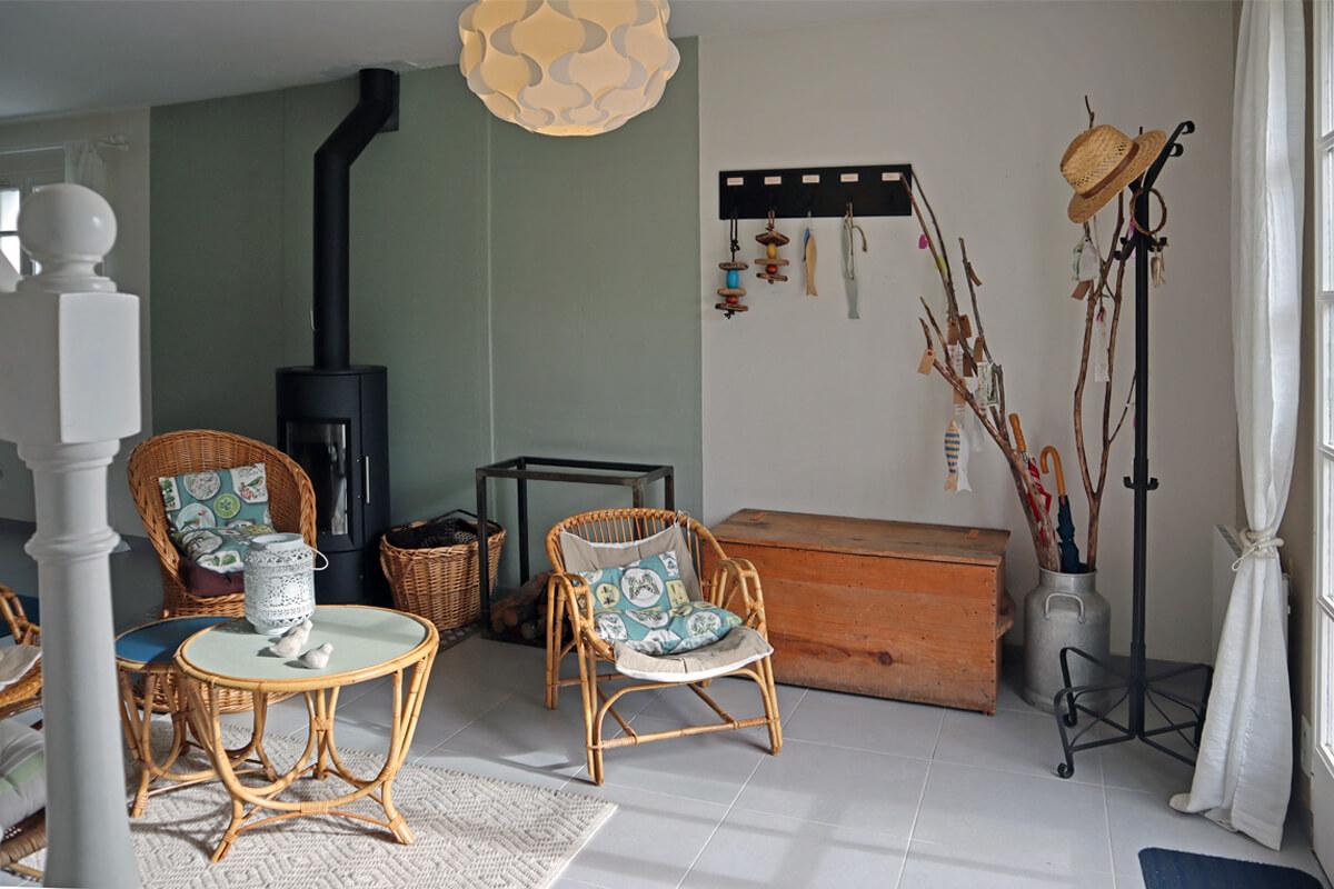 Petit salon dans le séjour face à la baie vitrée