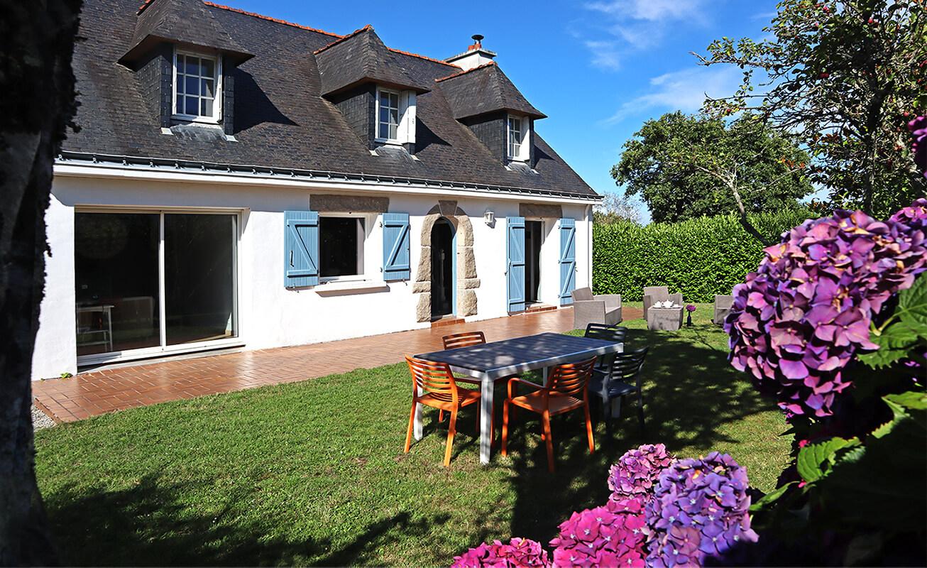 La villa et son vaste jardin fleuri